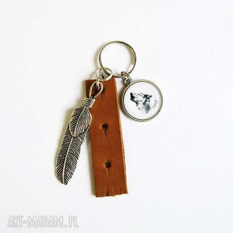 breloczek - wilk, piórko, rzemień, breloczek, do kluczy, skórzany