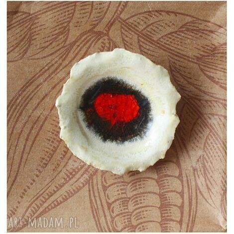 broszka kwiatowa z zatopionym czerwonym szkłem, ceramika kwiat szkło
