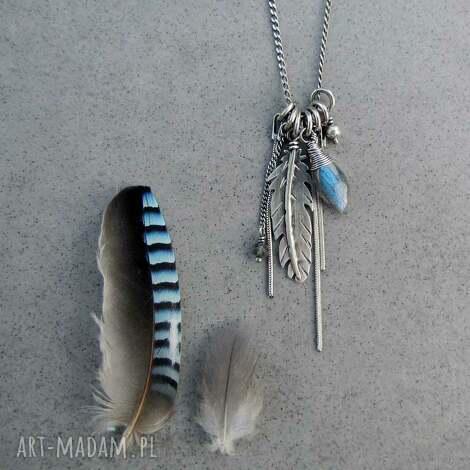 piórko z niebieskim połyskiem - boho, piórko, łańcuszki, wiszący