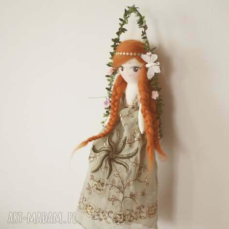 magiczna bajka na huśtawce - aniela, lalka, huśtawka, kwiatki, motylki, bluszcz