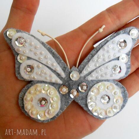 biały motyl - broszka z filcu - filc, motyl, broszka, cekiny, dziecko, biżuteria