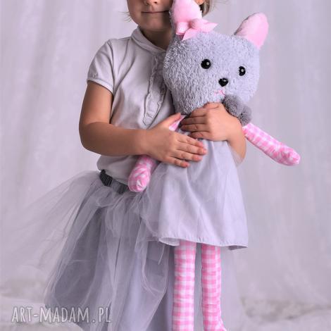 przytulanka dziecięca kot w sukience, pomysł-na-prezent, dekoracja-pokoju