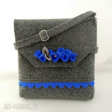 4982fe03b4840 na ramię filcowa torebka z niebieską falbanką i kwiatkami