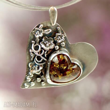 wisiorki bursztynowe serce w kwiatach a687, wisior z bursztynem, bursztyn