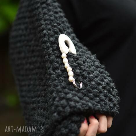 broszka agrafka z białymi perłami, folk, białe perły, naturalne perły