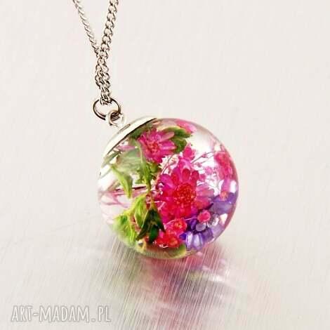 megi mikos naszyjnik kula z kompozycją kwiatów w żywicyy jubilerskiej