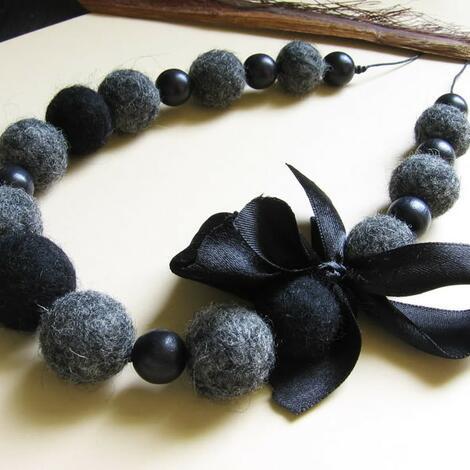czarne z kokardą - naszyjnik, korale, filc, prezent, drewno, kokarda