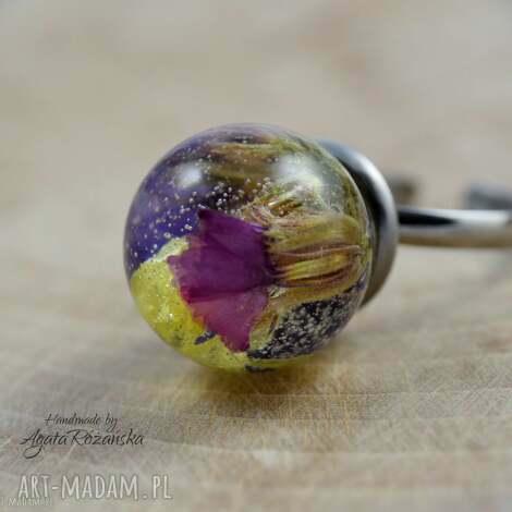 pierścionek kula z żywicy kolorowymi kwiatami, stal chirurgiczna