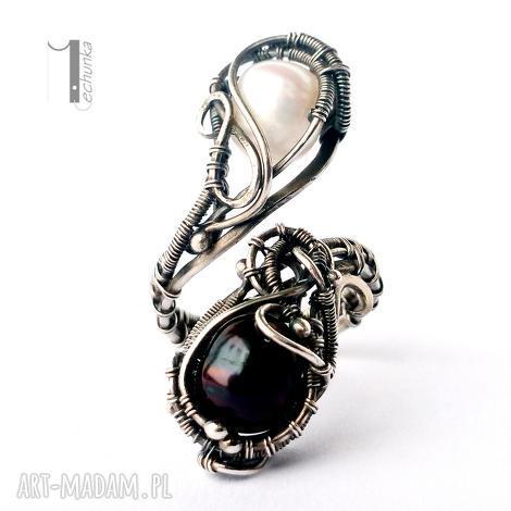 monochrome v - srebrny pierścień z perłami, srebro, 925, wirewrapping, perły