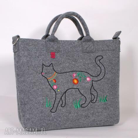 duża, jasna filcowa torba na której zamieszkał kot, torba, torebka, laptop
