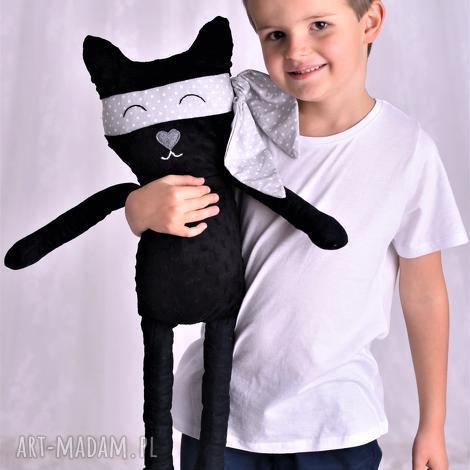 przytulanka dziecięca kot bohater z peleryną, pomysł-na-prezent, dekoracja-pokoju