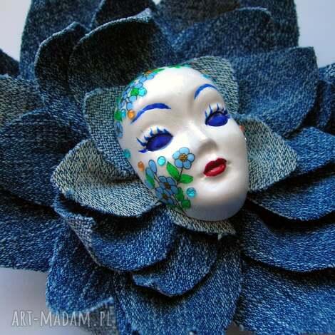 masquerade - pani wiosna w jeansach pląsa - maska, broszka, masquerade, jeans, kwiat