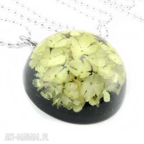 0916/mela - wisiorek z żywicy kwiatami - półkula, wisiorek, kwiaty