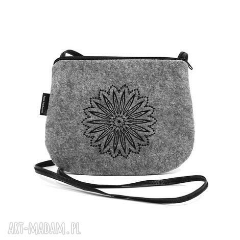 filcowa mała torebka damska z pięknym czarnym haftem