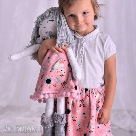 lalka szmacianka w szarych włosach, szmacianka, pomysł na prezent, przytulanka