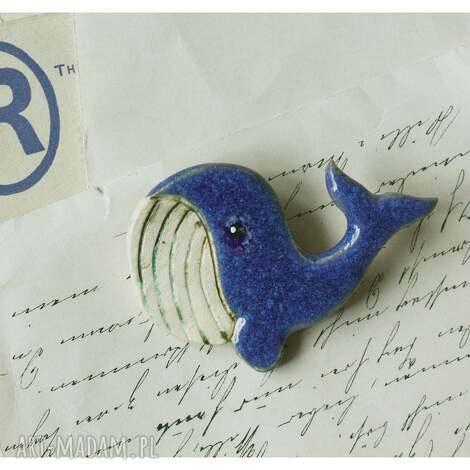 broszka wielorybek, ceramika, wieloryb