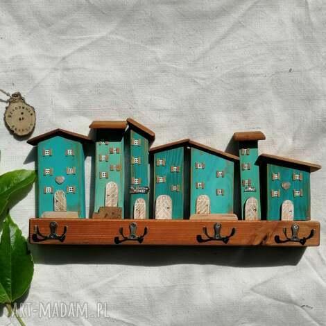 wieszak z domkami w odcieniach turkusu, dom domek, drewniany