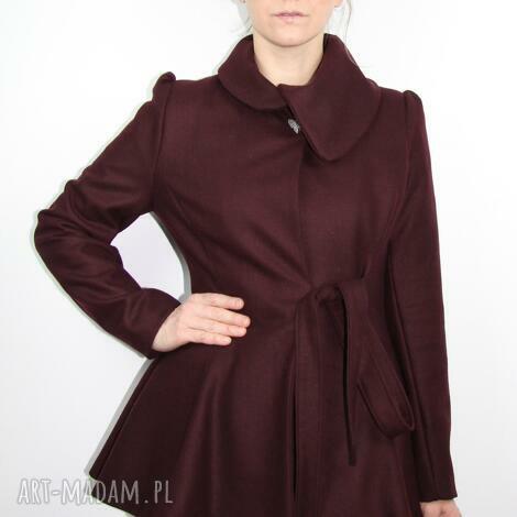 bordowy krotki płaszcz damski z rozszerzonym dolem i bufkami - płaszcz, dopasowany