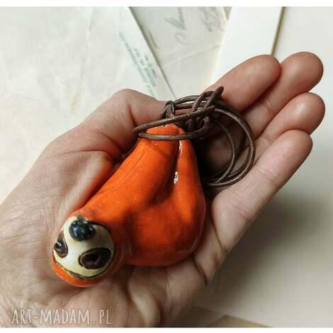 wisior leniwiec pomarańczowy, ceramika, wisior, leniwiec