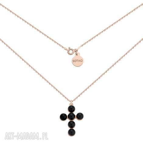 naszyjnik z krzyżem z różowego złota zdobiony perłami, krzyż