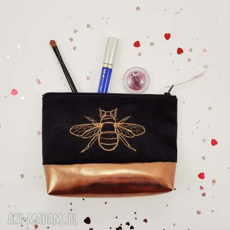 kosmetyczka pszczoła, kosmetyczka, czarna, haft, złoto, kwiaty