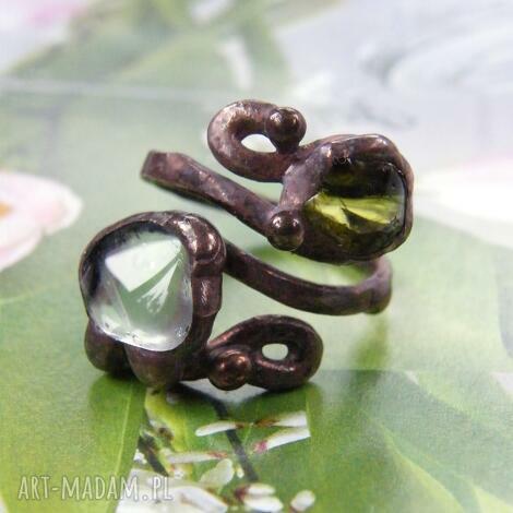 regulowany pierścionek z oliwinem i kryształem
