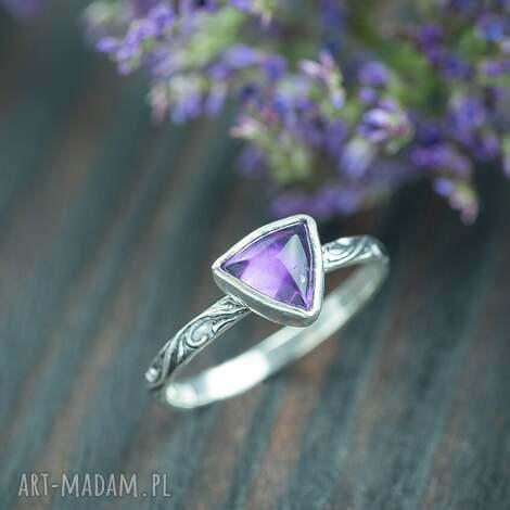 srebrny pierścionek z trójkątnym ametystem, zdobiona obrączka