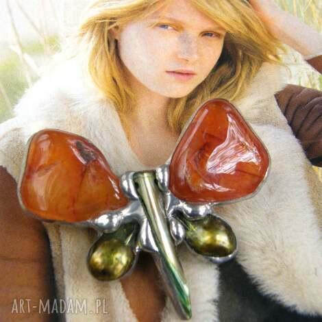 broszka motyl karneol z perłą, broszka z kamieni, z perłą,