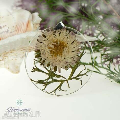 z72 naszyjnik z prawdziwymi kwiatami zatopionymi w żywicy - biżuteria z