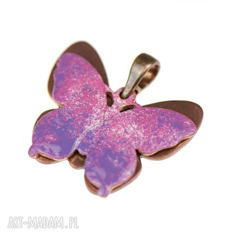 wisiorki miedziany wisiorek z różowym motylem c243, zawieszka motyle