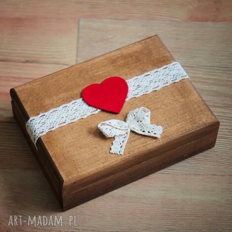 pudełko na obrączki z czerwonymi dodatkami, drewno, koronka, pudełko