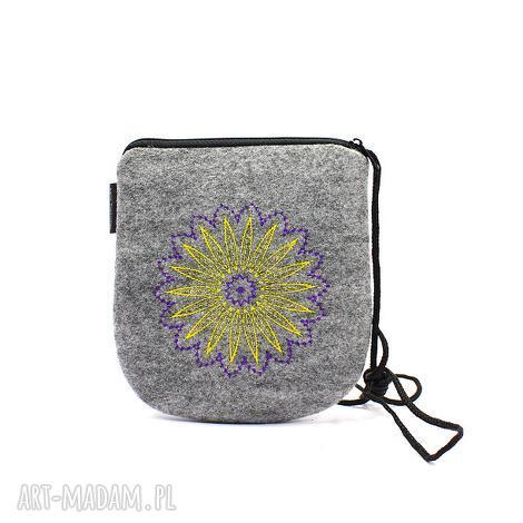 filcowa torebka z dwukolorowym haftem, torebka, haft, wyszywana, filc, koło
