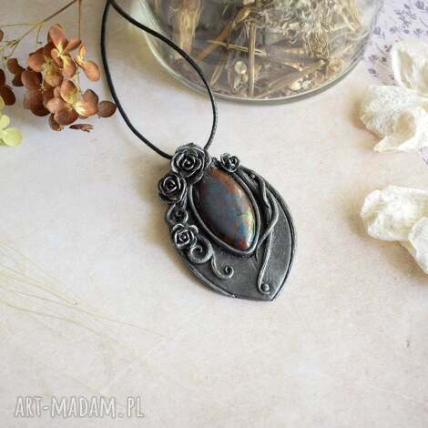 wisior czarna perła z motywem różanym retro róże, na prezent