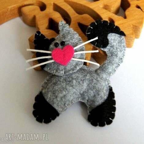 kotek - broszka z filcu - kot, wąsy, serce, broszka, filc, dziecko