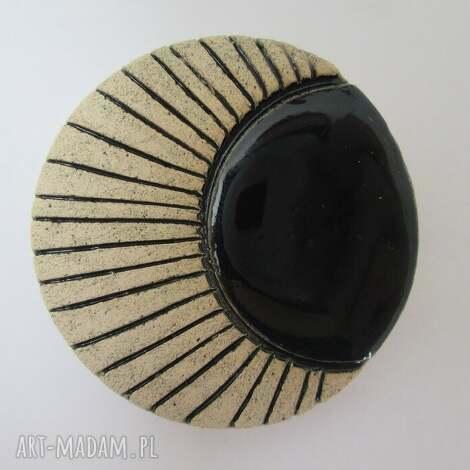 broszka z czernią, ceramiczna, czarna