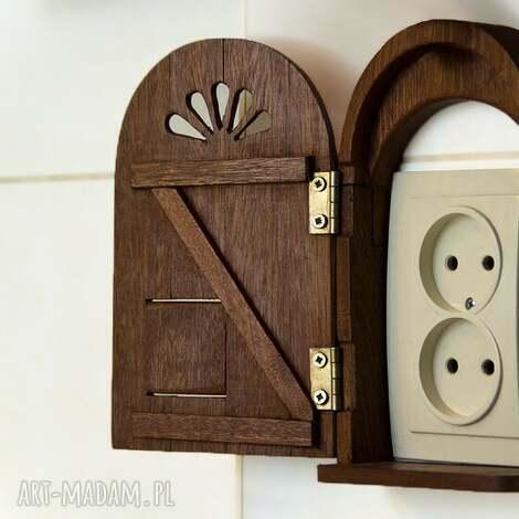tajemnicze drzwiczki z włazem dla pupila, drzwi, drzwiczki, drewniane, drewna, złote