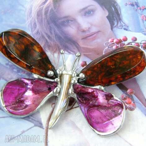 Witrazka - broszka i wisior: motyl bursztynowy z kolorem fuksji, broszka motyl, bursztyn fuksja