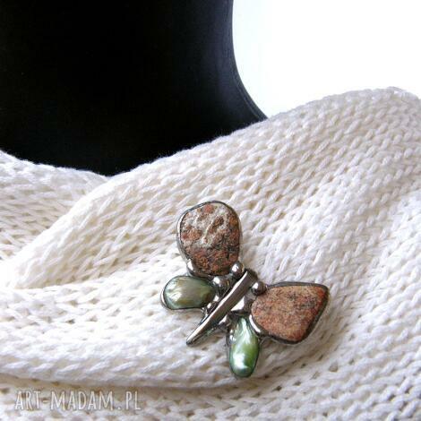 broszka motyl ceglasto-zielony - broszka z kamieni, motyl, broszka z perełką