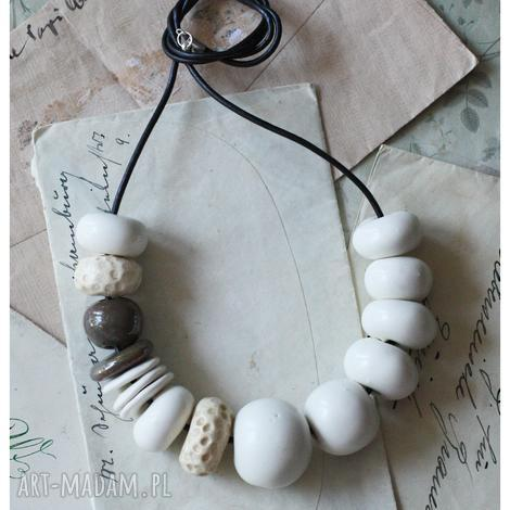 białe korale z akcentem - ceramika, korale