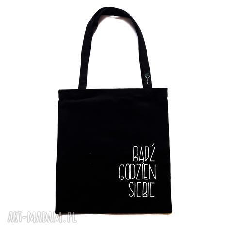 czarna torba na ramię z hasłem, mocna szoperka kieszonką, ramię