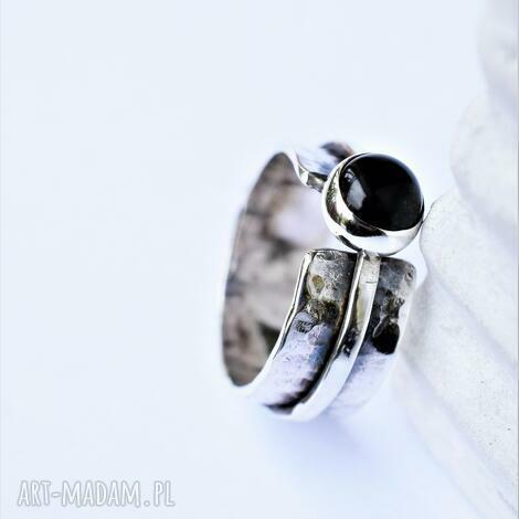 podwójny pierścień z onyksem, srebro oksydowane, srebro, podwójna obrączka