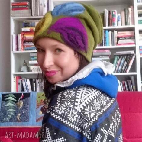 czapka wełniana damska zielona z kwiatem - wełna, narty, zima, kwiaty, boho
