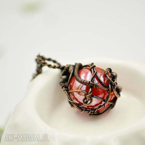 ceglasty amulet - naszyjnik z wisiorem ze szkłem - naszyjnik z wisiorem, szklana kulka