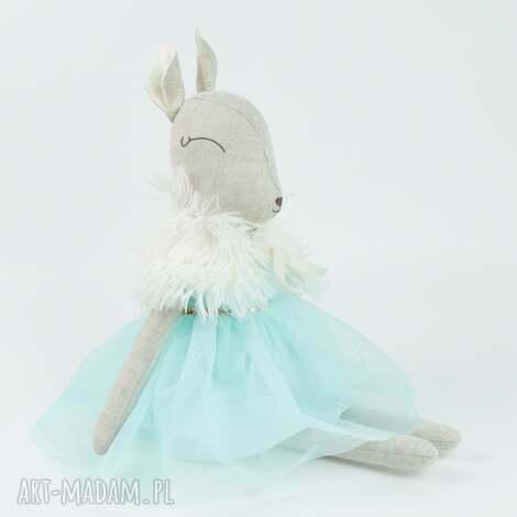 szara sarenka w turkusowej sukience, lalka, sarenka, bambi, przytulanka, prezent