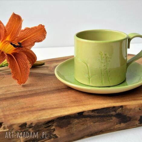 ręcznie lepiona filiżanka ze spodeczkiem z roślinną fakturą, ceramika
