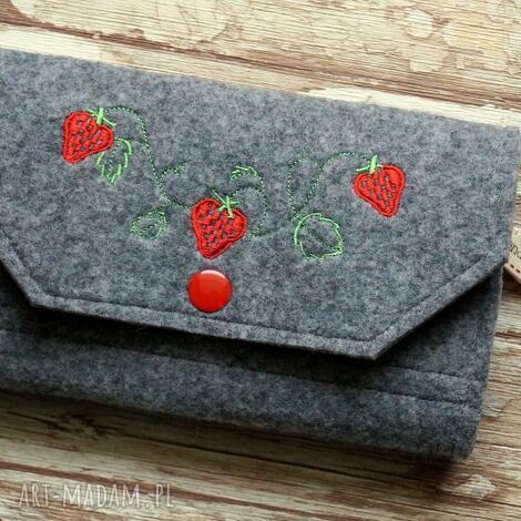 duży filcowy portfel - truskaweczki -, portfel, truskawki, haft, filcowy, zakupy