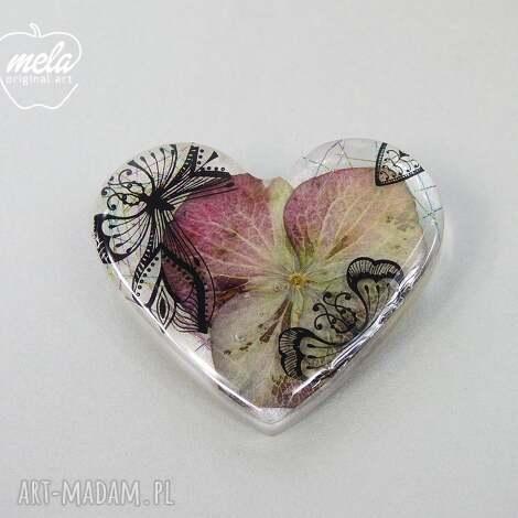 0359 mela broszka z żywicy serce, kwiat hortensji - broszka, serce, żywica