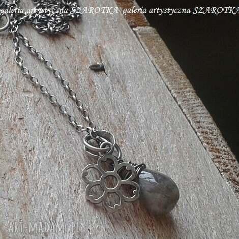 mglisty naszyjnik z labradorytu i srebra, labradoryt, srebro oksydowane, srebrny kwiat