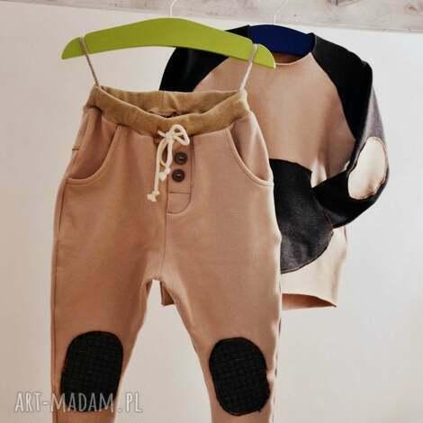 karmelowe spodnie typu jogger, spodnie, dres, bawełna, kieszenie, łaty