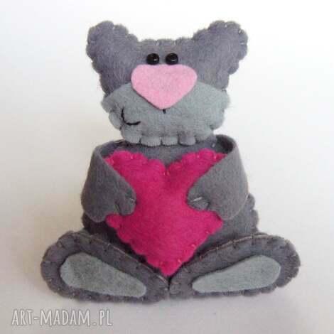 zakochany miś broszka z filcu - filc, miś, broszka, serce, biżuteria